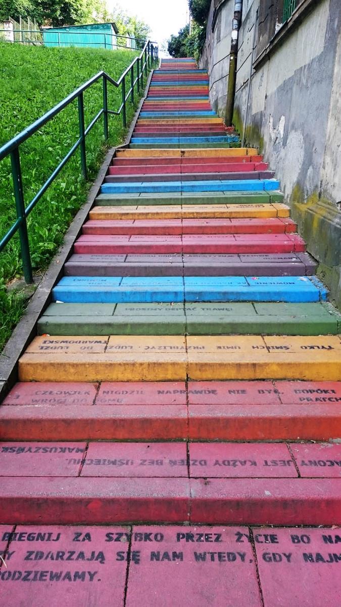 Kraków - murale - Schody – ul. Tatrzańska 5 - tęczowe schody - Agnieszka Rola i Monika Pasek