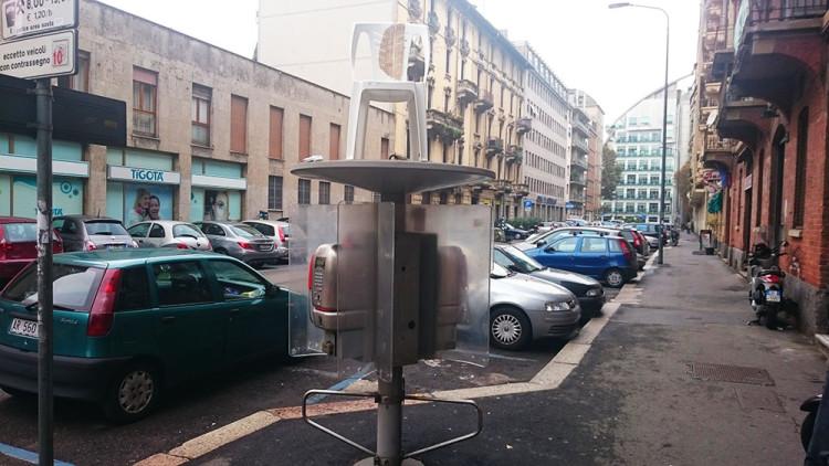 krzesło na budce telefonicznej