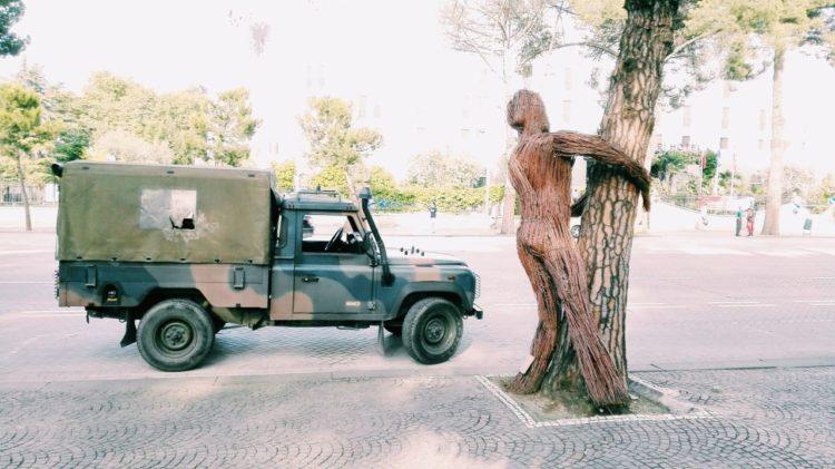 dziwne instalacje artystyczne Tirana